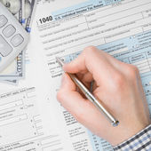 Male filling out 1040 US Tax Form - 1 to 1 ratio — Stock Photo