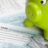 US Tax Form 1040 with piggy bank and 100 dollars - 1 to 1 ratio — Stock Photo
