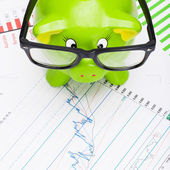 Piggy bank with stock market chart - 1 to 1 ratio — Stock Photo