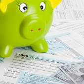 US Tax Form 1040 with green piggy bank and dollars - 1 to 1 ratio — Stock Photo