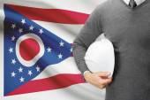 инженер с флагом на фоне серии - огайо — Стоковое фото