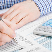 Male filling out 1040 United States of America Tax Form - 1 to 1 ratio — Stock Photo