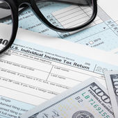 USA Tax Form 1040 with glasses and dollars bills - 1 to 1 ratio — Stock Photo