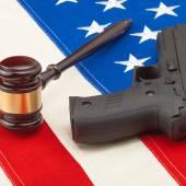 Gun and judge gavel above USA flag - 1 to 1 ratio — Stock Photo