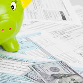 US Tax Form 1040 with green piggy bank — Stock Photo