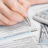 Male filling out 1040 Tax Form — Foto Stock