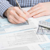Male filling out 1040 USA Tax Form — Stock Photo