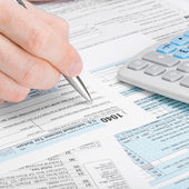 Man filling out 1040 tax form — Stock Photo