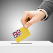 Voting concept - Male inserting flag into ballot box - Niue — Stock Photo