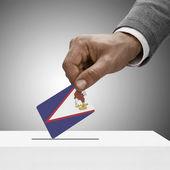 Black masculino segurando a bandeira. Votação-conceito - Samoa Americana — Fotografia Stock