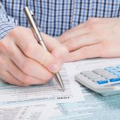 Taxpayer filling out 1040 Tax Form — Stock Photo