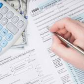 Filling out U.S. 1040 Tax Form - close up studio shot — Foto de Stock