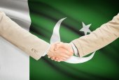 Businessmen handshake with flag on background - Pakistan — Stock Photo