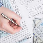 Taxpayer filling out USA 1040 Tax Form - close up — Stock Photo