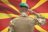 Soldat de peau foncée avec drapeau sur fond - Macédoine — Photo