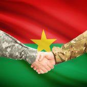 身着制服握手标志背景-布基纳法索 F — 图库照片