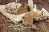 Ahşap masa üzerinde taze pişmiş geleneksel ekmek — Stok fotoğraf