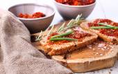 Pão com tomate seco e ervas — Fotografia Stock