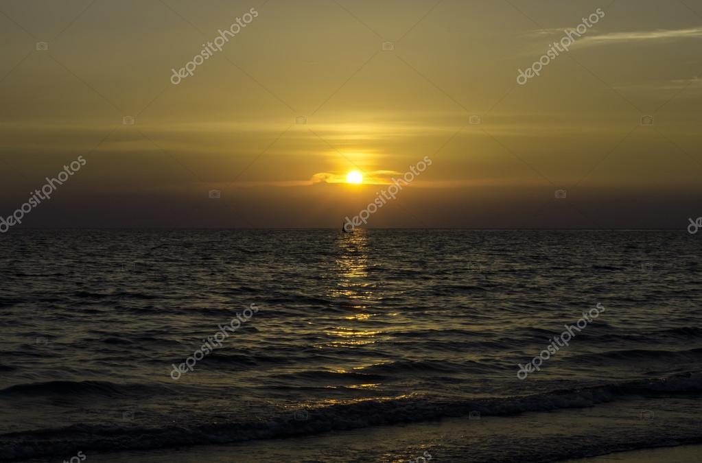 Фотообои Закат посреди океана
