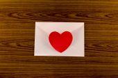 红色的心与粉红色的信封 — 图库照片