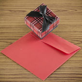 Red gift box and envelope — Zdjęcie stockowe