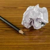 Verfrommeld papier en potlood — Stockfoto