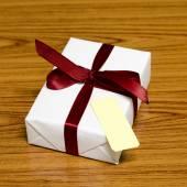 白色礼品盒和带有标记的红色 ribbin — 图库照片