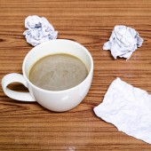 Coffee cup and crumpled — Стоковое фото