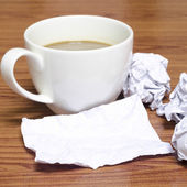 Coffee cup and crumpled — Fotografia Stock