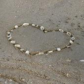сердце на песке на пляже — Стоковое фото