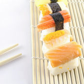 Frische sushi traditionelles japanisches essen — Stockfoto