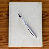 Cuaderno con pluma — Foto de Stock