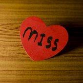 Coração vermelho sobre fundo madeira — Fotografia Stock