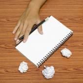 Hand schrijven op laptop met verfrommeld papier — Stockfoto