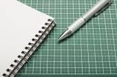 笔记本和笔在切割垫上 — 图库照片