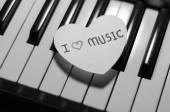 Coeur de papier sur le clavier de piano noir et blanc — Photo
