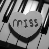 Paper heart on piano keyboard black and white  — Stock Photo