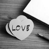 Siyah ve beyaz kağıt kalp defter ile — Stok fotoğraf