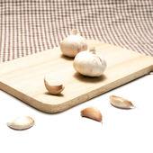 Garlic on cutting board — Stock Photo