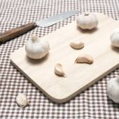 Garlic on cutting board — Stock Photo