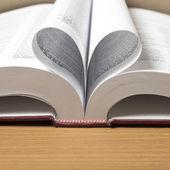 Kitap şekli kalp — Stok fotoğraf