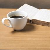 Otwórz książkę z filiżanki kawy — Zdjęcie stockowe