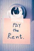 Sticky Notes scrivere una messaggio paga l'affitto — Foto Stock