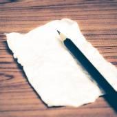 Zmačkaný papír s tužkou — Stock fotografie