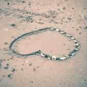 Cuore sulla sabbia alla spiaggia — Foto Stock