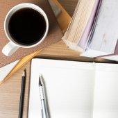 Offenen Notebook mit Kaffeetasse — Stockfoto