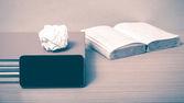 Pila di libri con smartphone — Foto Stock