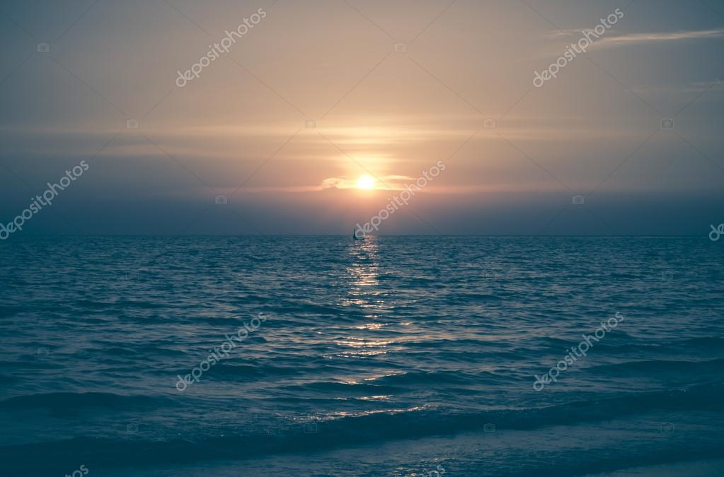 Фотообои Yellow Sun Set in The Middle of The Ocean blurry vintage style