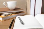 Abrir notebook con taza de café y libro — Foto de Stock