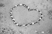 Een hart op het zand in het strand — Stockfoto